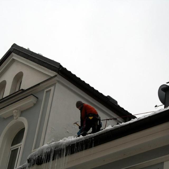 Odsekání ledu a rampouchů ze střech - RAPEL.CZ