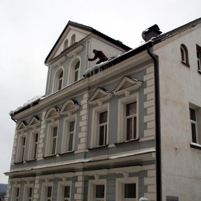 Odstranění rampouchů ze střech - RAPEL.CZ