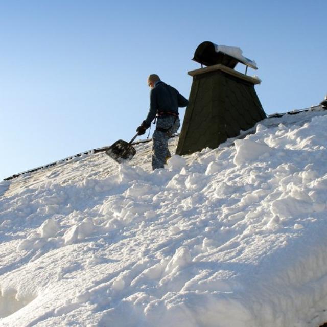 Shoz sněhu ze šikmých střech - RAPEL.CZ