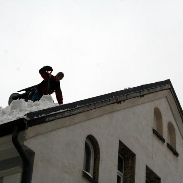 Shoz sněhu ze střech za pomoci horolezecké techniky - RAPEL.CZ