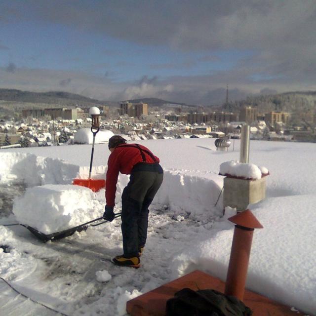 Uklid sněhu ze střech panelových domů Jablonec nad Nisou - RAPEL.CZ